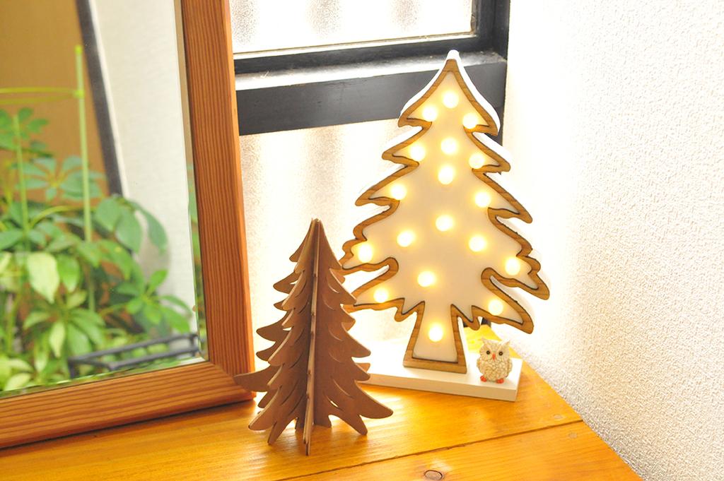 玄関ー半額で買ったもみの木ライトと50円の木製もみの木でディスプレイ