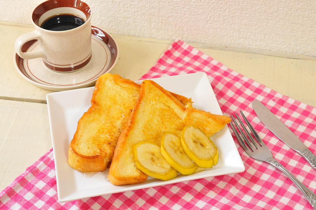【簡単フレンチトーストレシピ】バナナとコーヒーを添えて