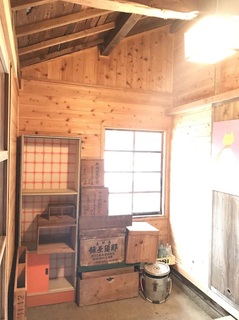倉庫に古道具を並べ直して整理する-ふるものせいかつ図鑑