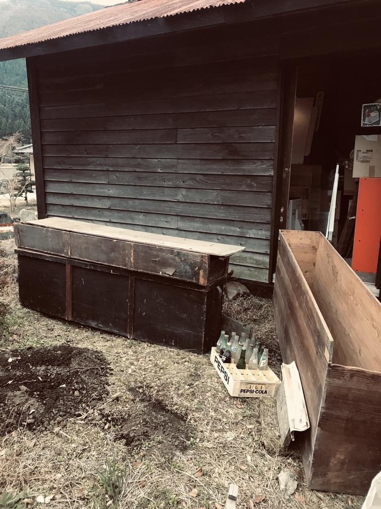 屏風入れに使われる昔の木の箱は細長くて大きくて黒光りしている