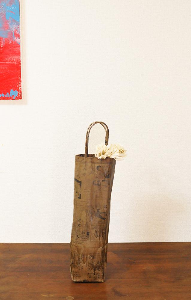 新聞紙をアレンジして作ったワインバッグにコピー用紙で作った花飾りをつけて簡単DIY