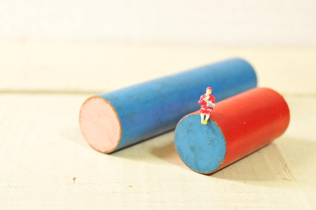 赤と青のカラフルなレトロ積み木は置いているだけでも趣がある-ふるものせいかつ図鑑