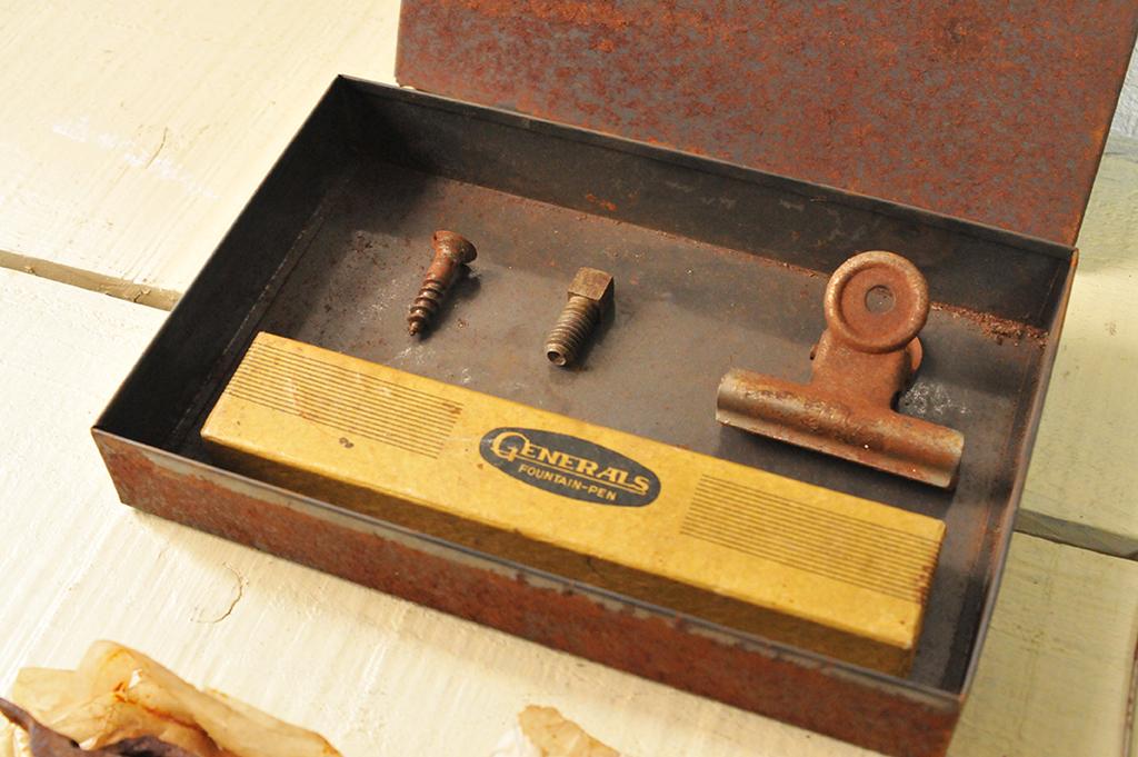 箱や工具など錆びたモノを集めて工作材料やプレゼントにする-ふるものせいかつ図鑑