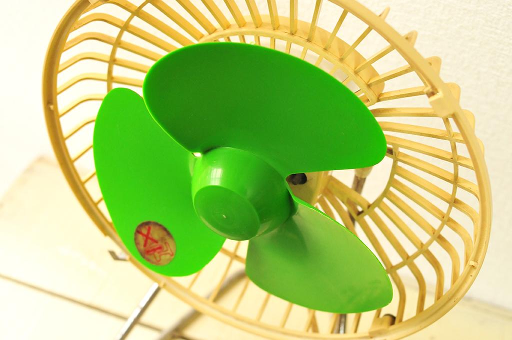 羽の色もレトロでカッコイイ卓上扇風機-ふるものせいかつ図鑑