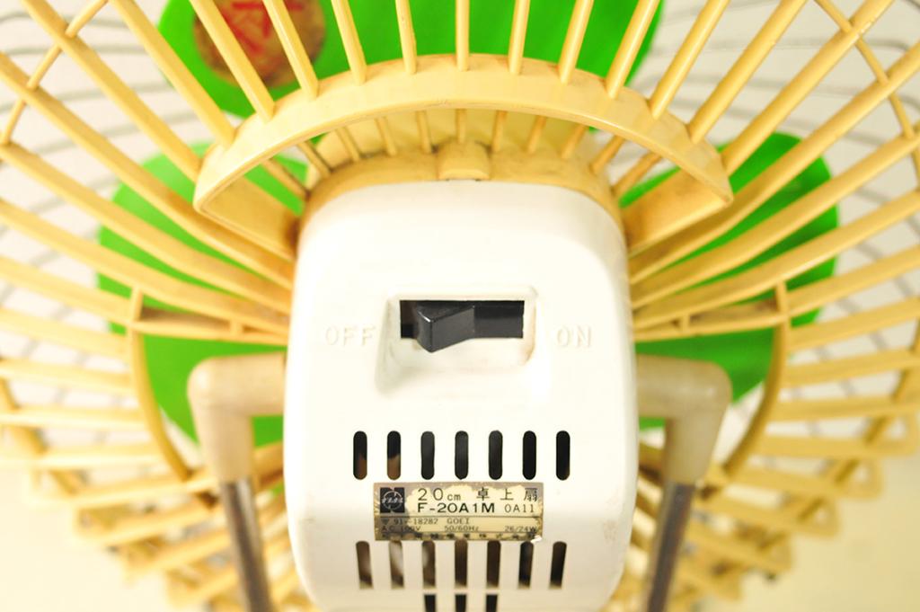 レトロ卓上扇風機の後ろには電源スイッチが付いている-ふるものせいかつ図鑑