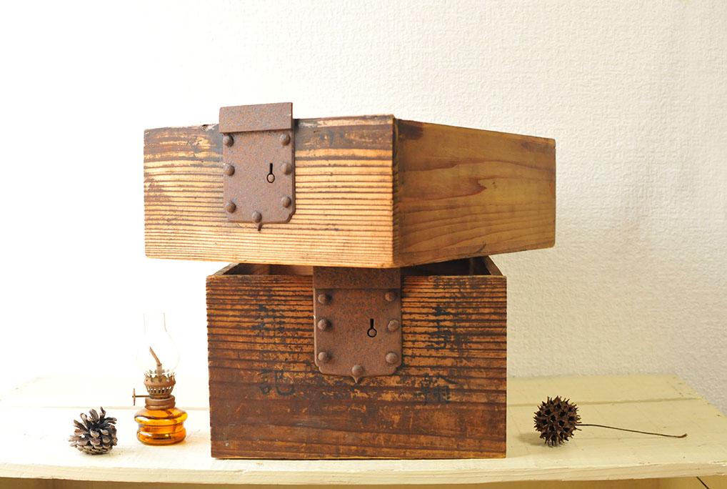 古道具の箱は金具付きで収納に役立ちそう-ふるものせいかつ図鑑