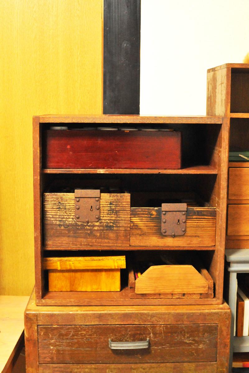 古道具棚と古い箱が奇跡的にピタッとはまる、古道具インテリアの醍醐味