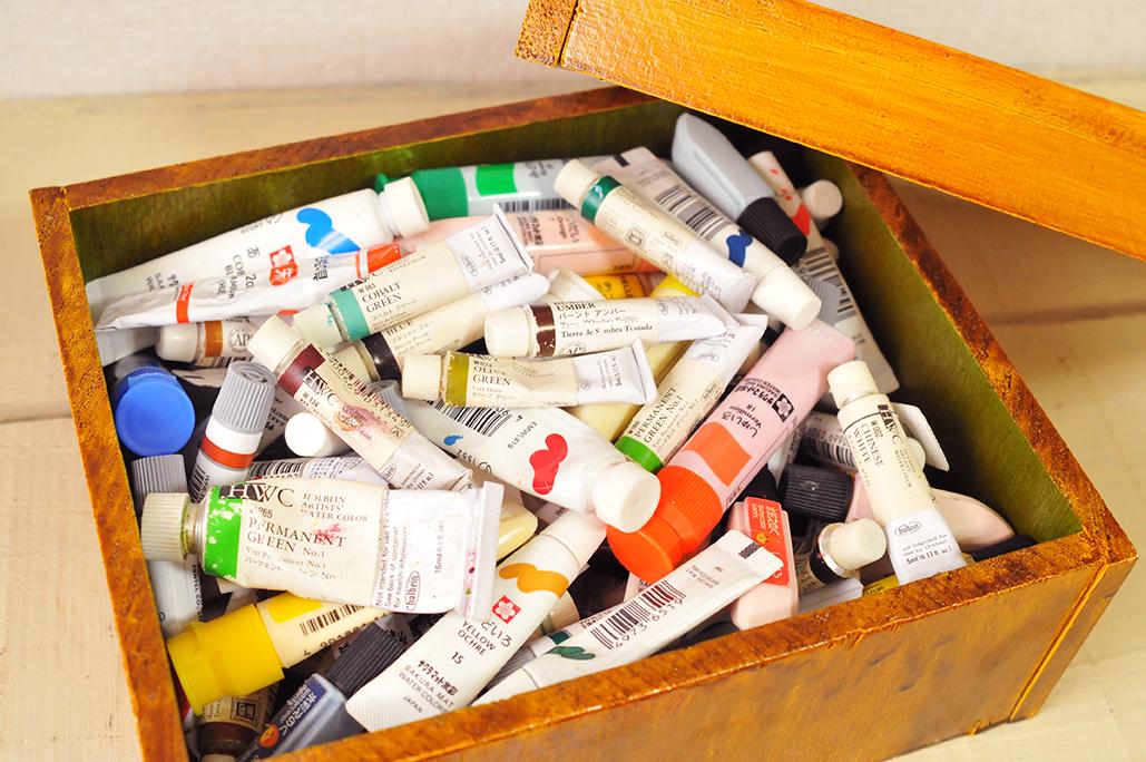 DIYで作った箱に絵具を入て古道具棚に収納-ふるものせいかつ図鑑