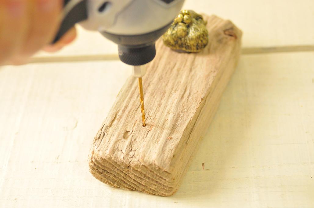 【ゴミDIY】フック部分に穴を開けるため小さいドリルビットから使う-ふるものせいかつ図鑑