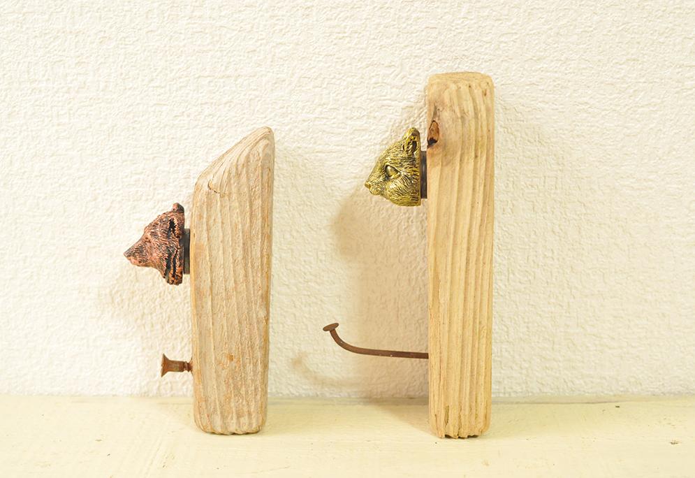 拾った流木板と錆びた釘やビスで作る壁掛けフック