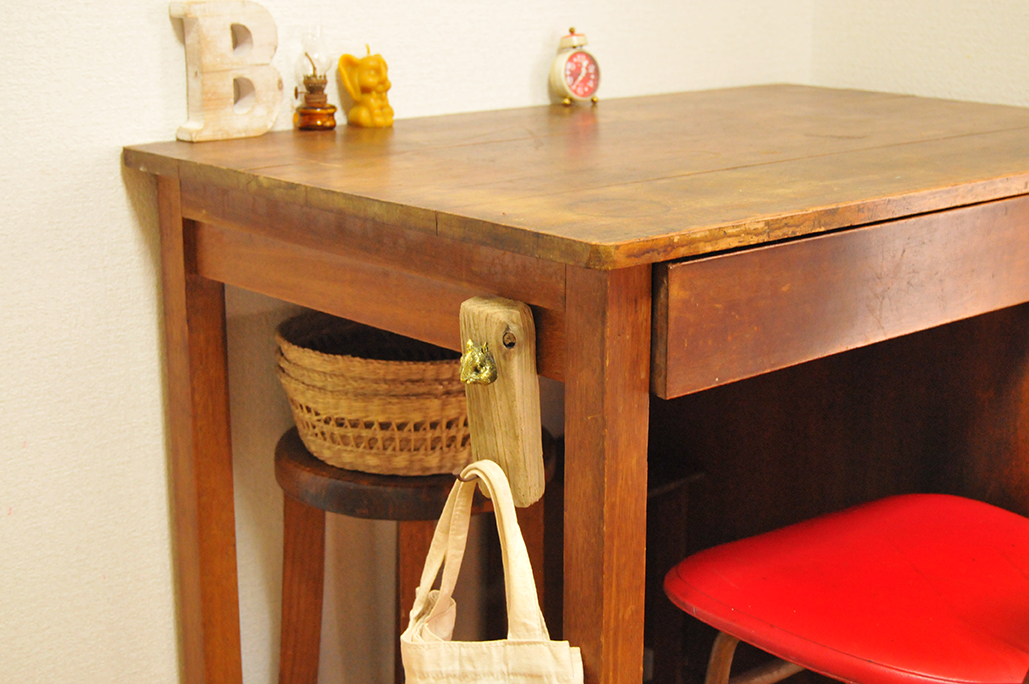 ゴミで作った壁掛けフックを机の横につけてシンプル可愛い