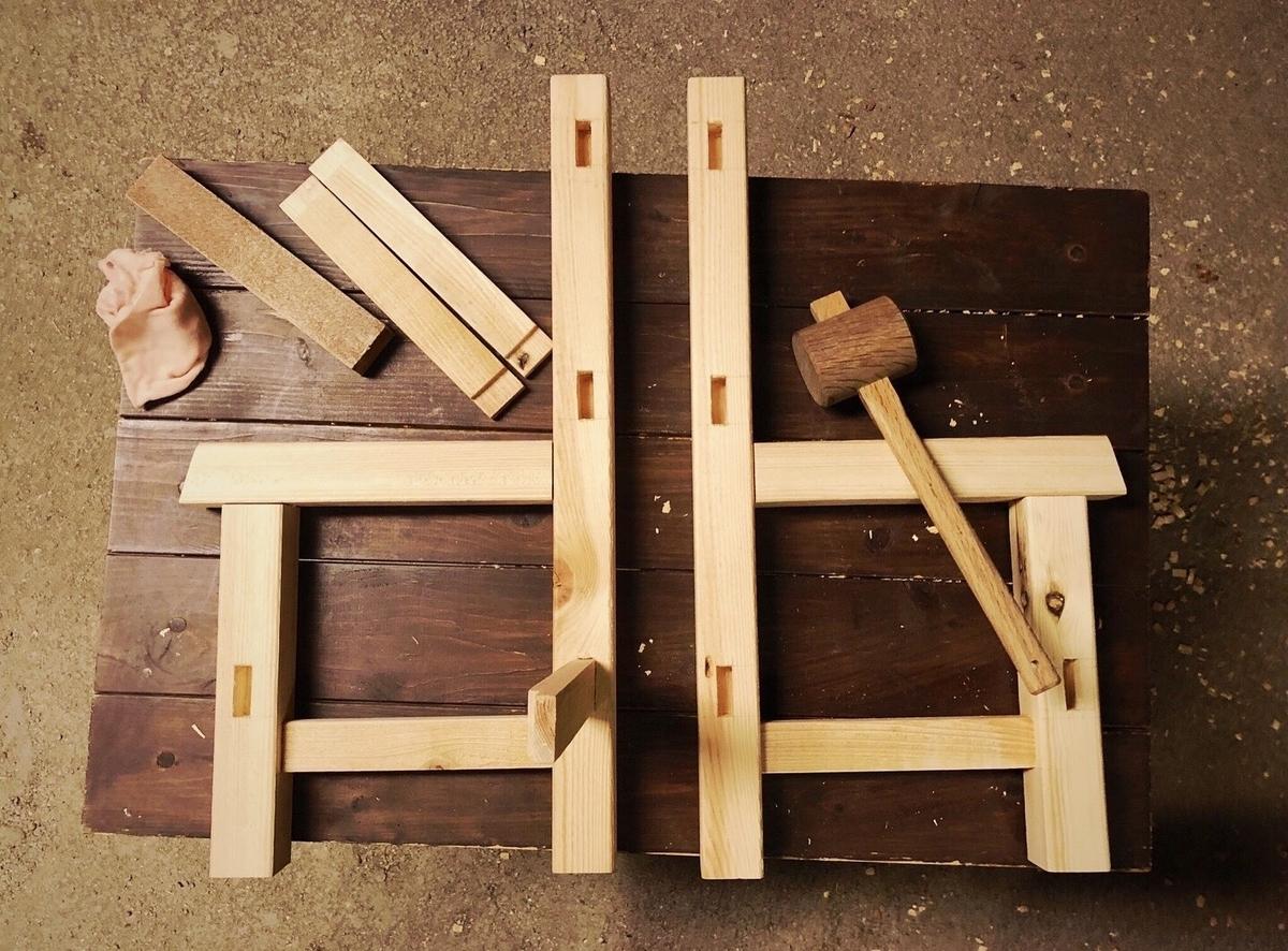 DIYで製作中の子ども用イス。ノミと木組みでつくる家具-ふるものせいかつ図鑑