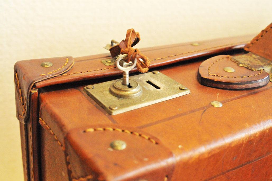 中古のトランクバッグは鍵付きで、小さな鍵も趣がある