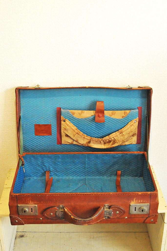 中は濃いブルーでオシャレな古い革のトランクバッグ
