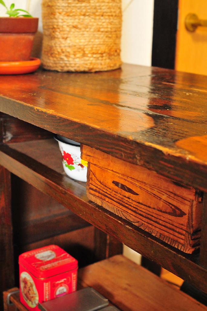 キッチンのテーブル下に収納した古い箱のわが家の「薬箱」