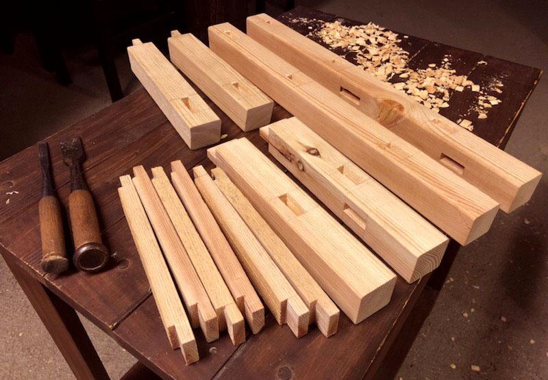 古道具DIY-パーツごとにノミで穴を開けたらあとは組んでいくだけ(子ども用椅子)