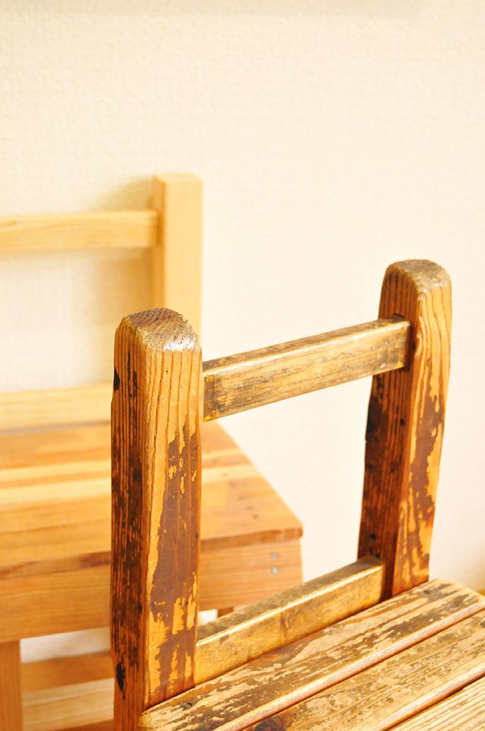 古道具のシンプルなイスは角も削れ、丸みがあって雰囲気がある