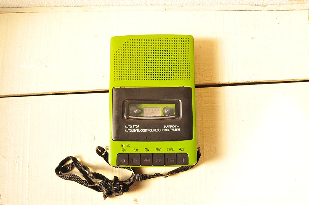 オシャレカセットテープレコーダーはショルダー付のポータブル式