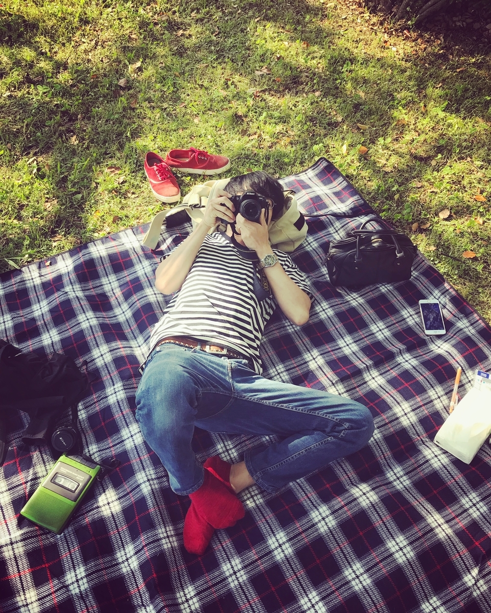 ピクニックで使うレトロ風ポータブルカセットテープレコーダー
