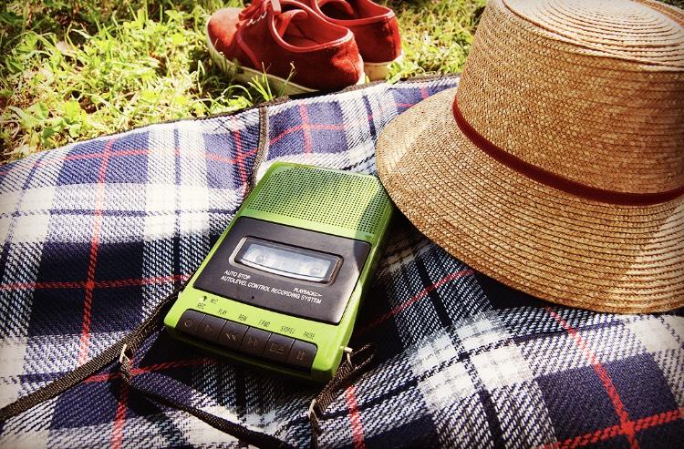 ピクニックにも最適なレトロ風おしゃれカセットテープレコーダー