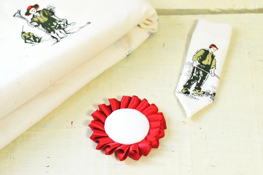 赤いリボンと布を貼り付けてロゼットを作る