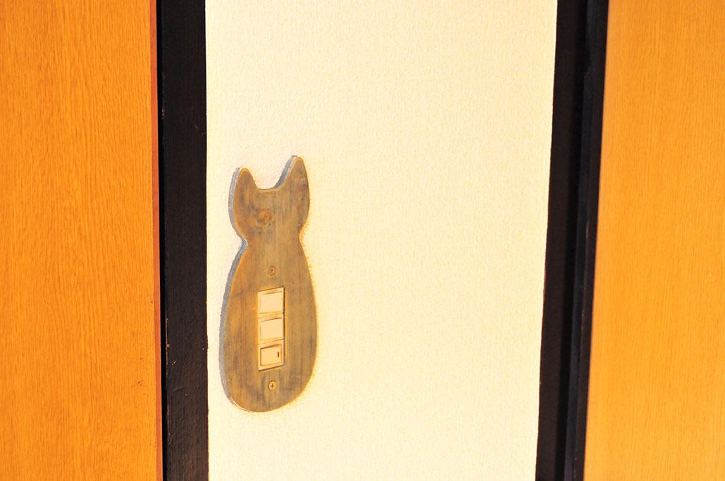 洗面所のドアの100円スイッチカバーは意外とシンプルで雑カワイイ