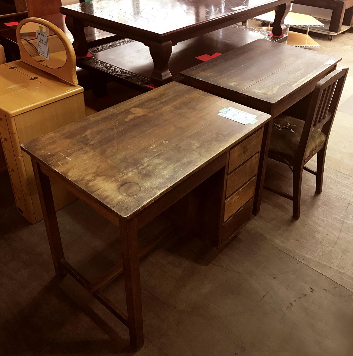リサイクルショップ店内で見つけた古道具の机