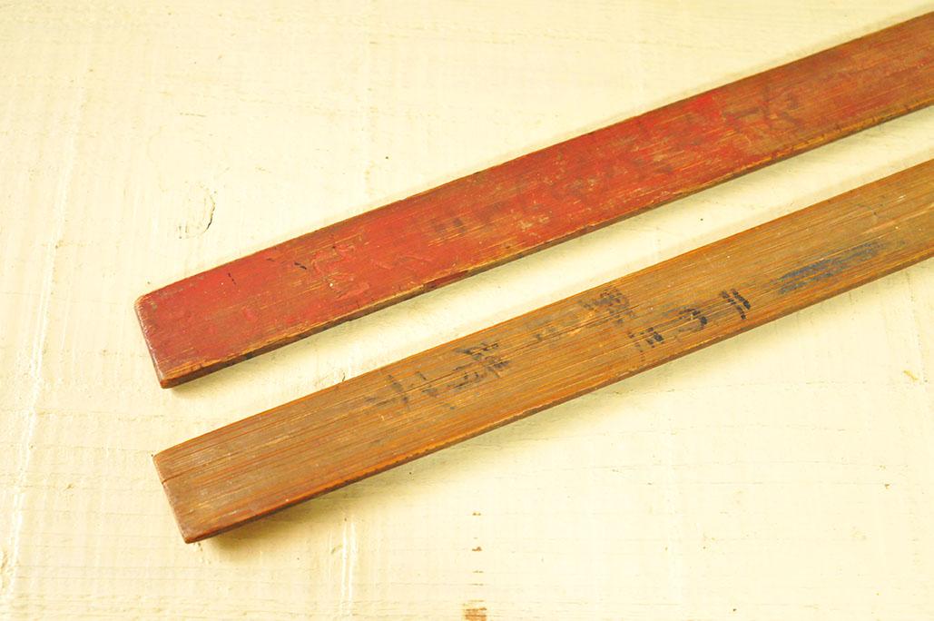 雰囲気のある古道具の定規の裏には元持ち主の名前が書いてある