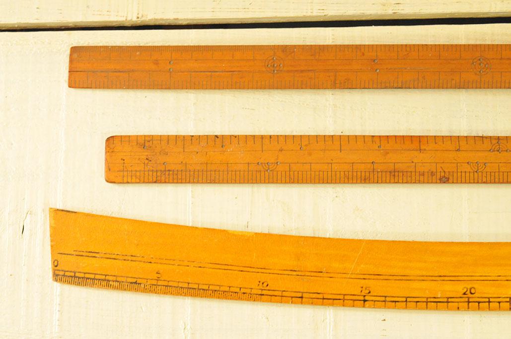 古道具の木製定規はアメ色に日焼けして雰囲気がある