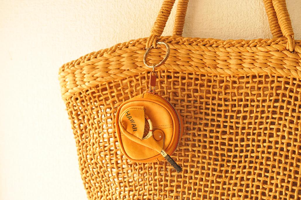 40年以上前のカゴバッグにつけた35年前のハワイのお土産キーホルダー