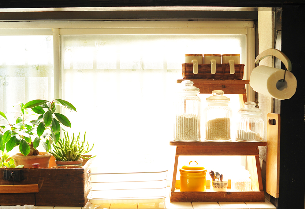 キッチンのもらいもの踏み台棚に500円キャニスターセットがぴったり合う
