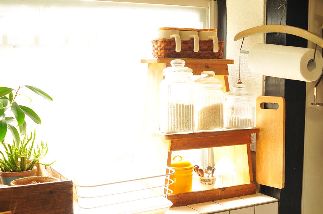棚として使っている踏み台に500円キャニスターセットを乗せたわが家の台所