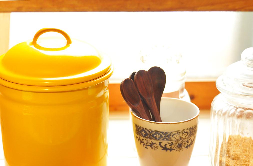 もらいもののカップと木のスプーンを調味料用に
