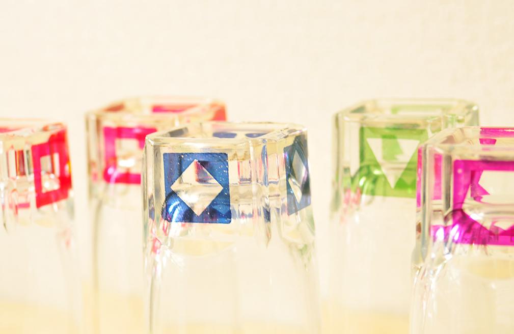 グラスマーカーの役割を果たすカラフルでカタチが違うパーティーグラス