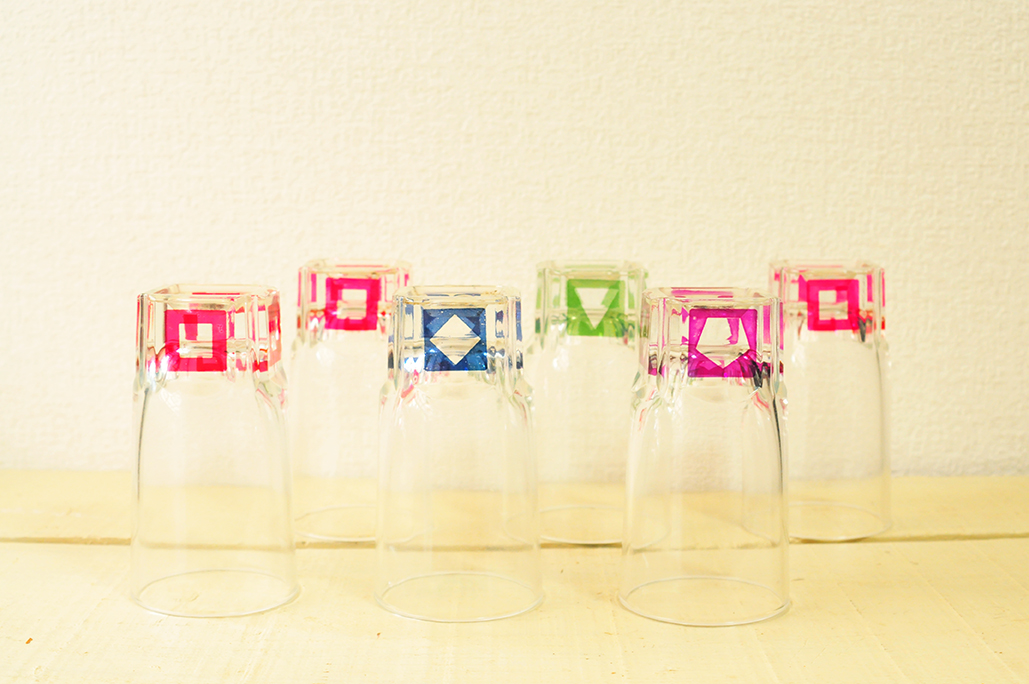 カラフルで形の違うグラスマーカーのついたレトロなグラスたち