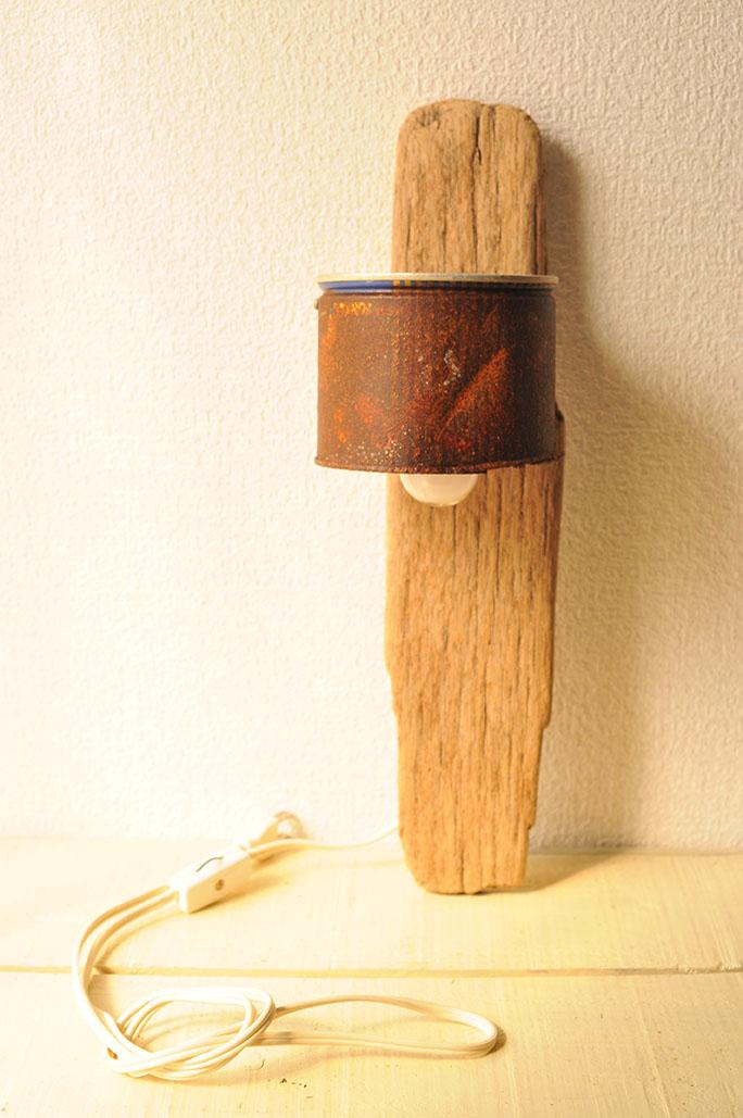 海辺で拾ったゴミ缶と流木板でDIYして作った照明ランプ