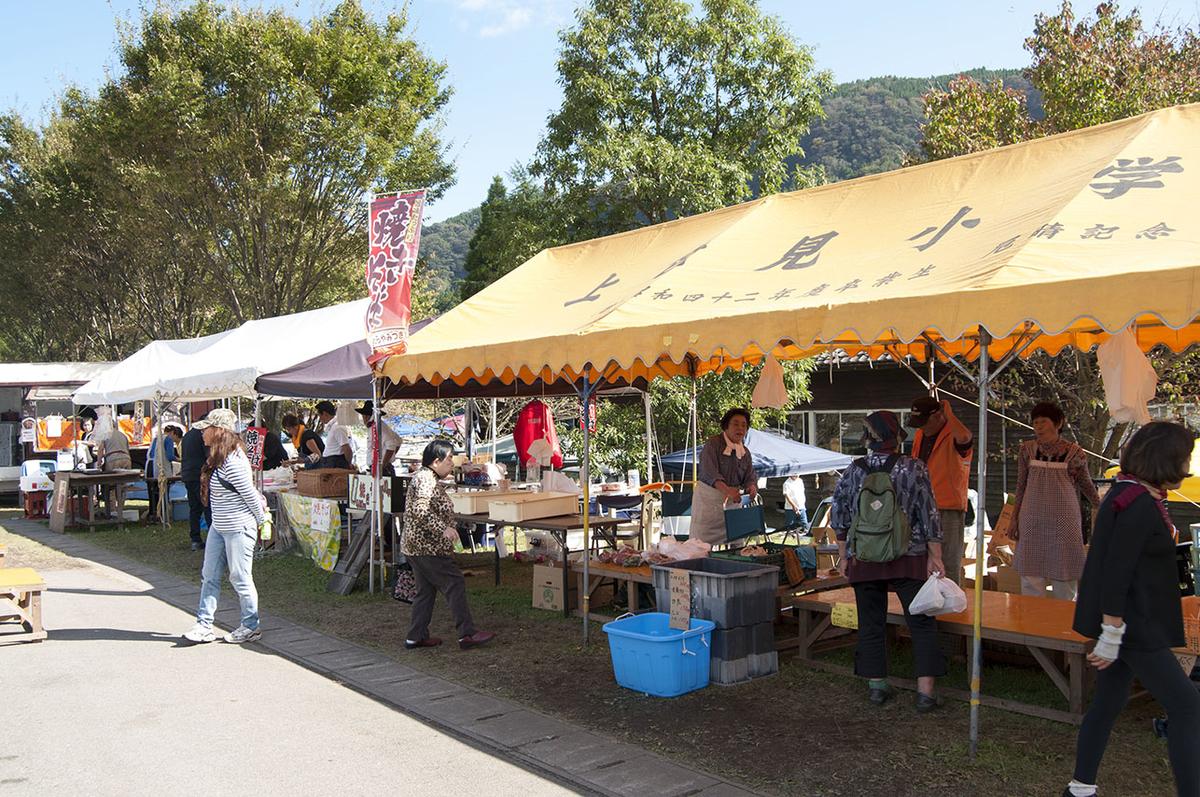 阿蘇アート&クラフトフェアの飲食店ブースには野菜売り場も