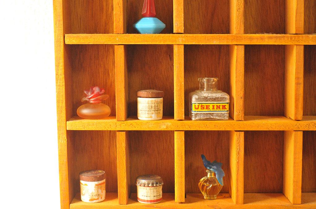 古い絵具ビンや香水ビンを並べた手作りの箱