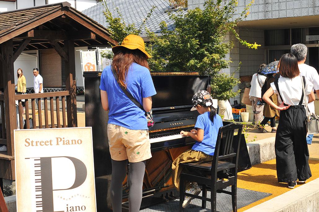 甲佐蚤の市のストリートピアノ