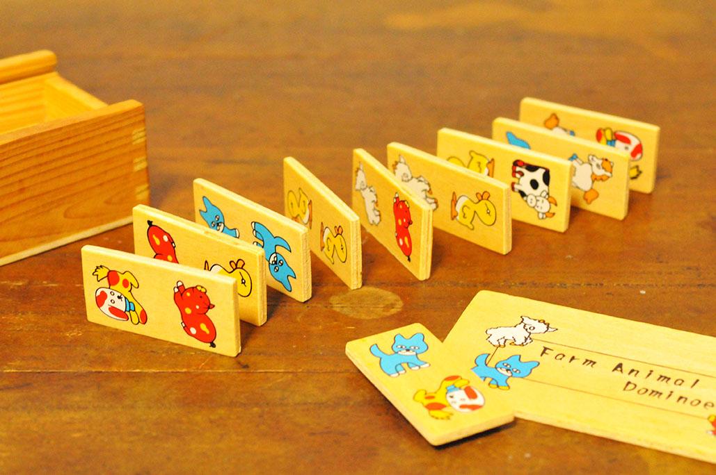 100円の子供用の木のドミノセットはヘンテコな絵が可愛らしい